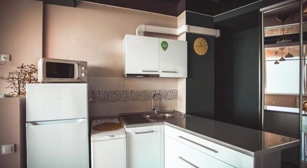 Дизайн кухни 6 кв.м -  фото в хрущевке с газовой колонкой и холодильником, фото