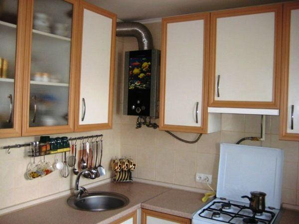 Маленькая кухня в хрущевке дизайн фото с газовой колонкой