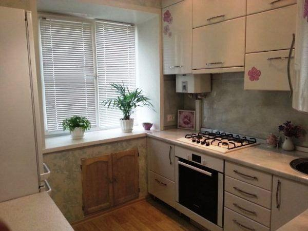 Кухня с колонкой в хрущевке планировка и дизайн фото