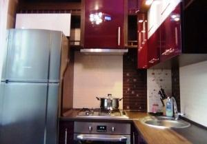 дизайн кухни 5 кв м в хрущевке с холодильником фото