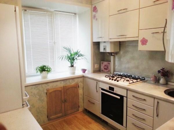 Кухня в хрущевке 5 кв.м с холодильником и газовой колонкой фото