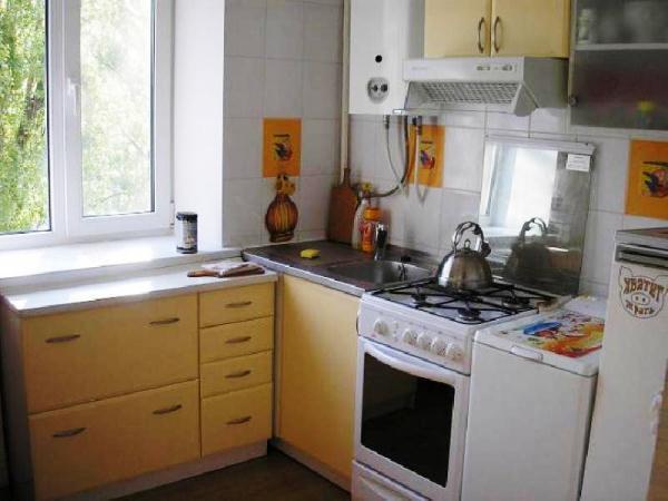 ремонт кухни в хрущевке варианты фото с колонкой