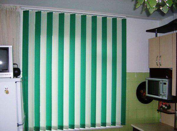 Вертикальные жалюзи для кухни фото
