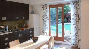 шторы на кухне в интерьере фото